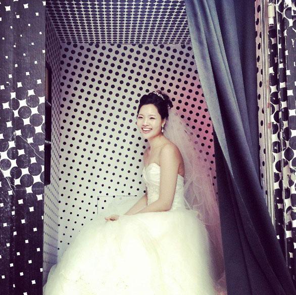 The bride snaps her portrait. Photo: Instagram/NewYorkerMag
