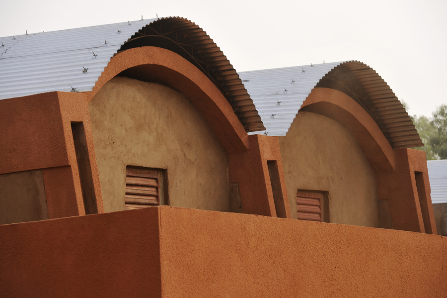 A detailed look at the roof of the teachers housing. The barrel vaults are made of compressed clay. Photo: Erik-Jan Ouwerkerk