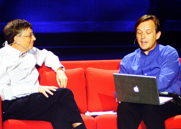 Chris Anderson holds his Macbook as he interviews Bill Gates. Photo: Joshua Wanyama