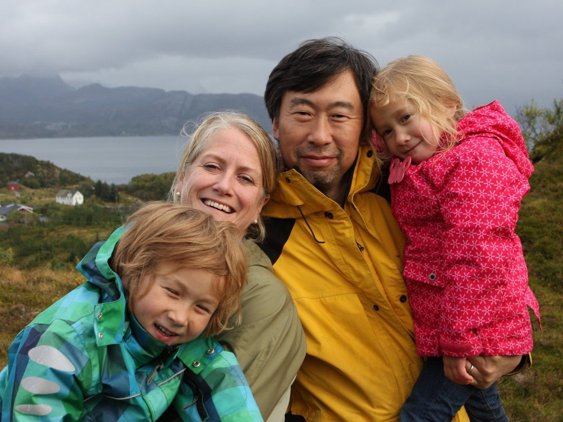 The Botnen-Chen family. From left: Marcus, Kristin, Winston and Nora, with the beautiful scenery of Rødøy in the background. Photo: Winston Chen