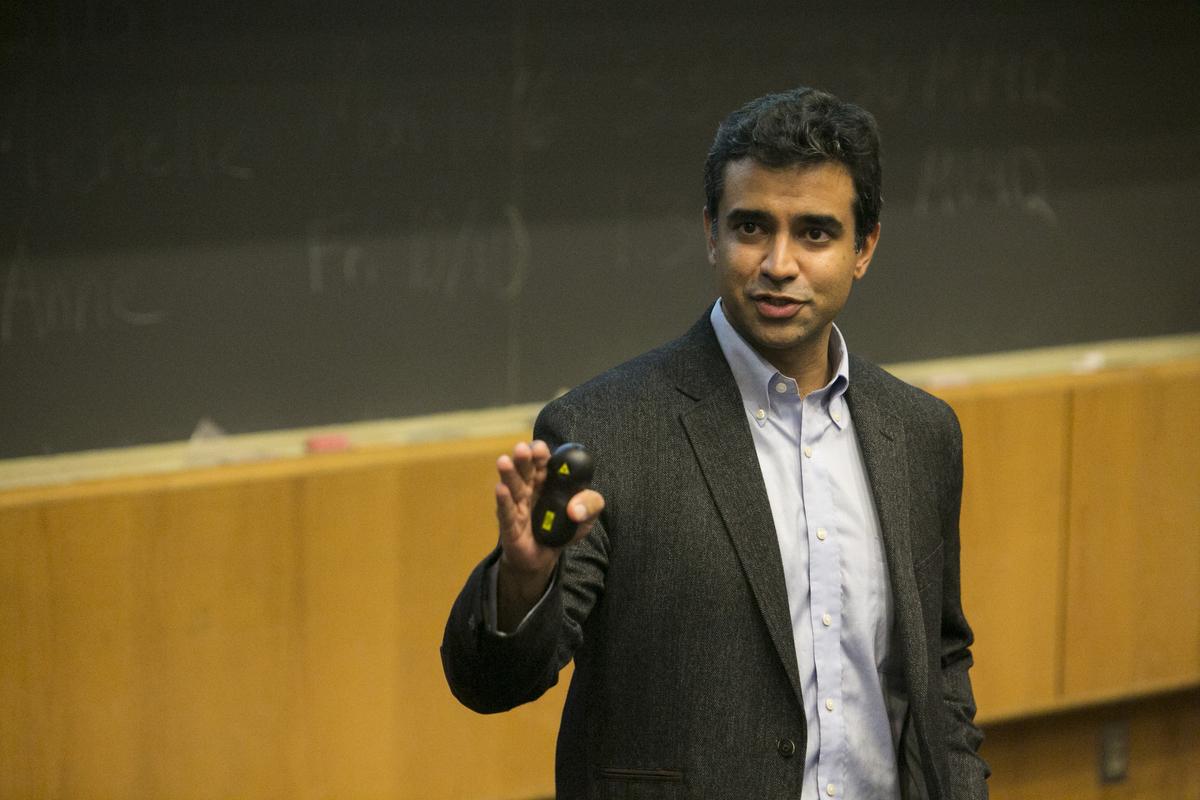 Rishi Manchanda gives a lecture to medical students at more at Tufts University. Photo: Kelvin Ma/Tufts University