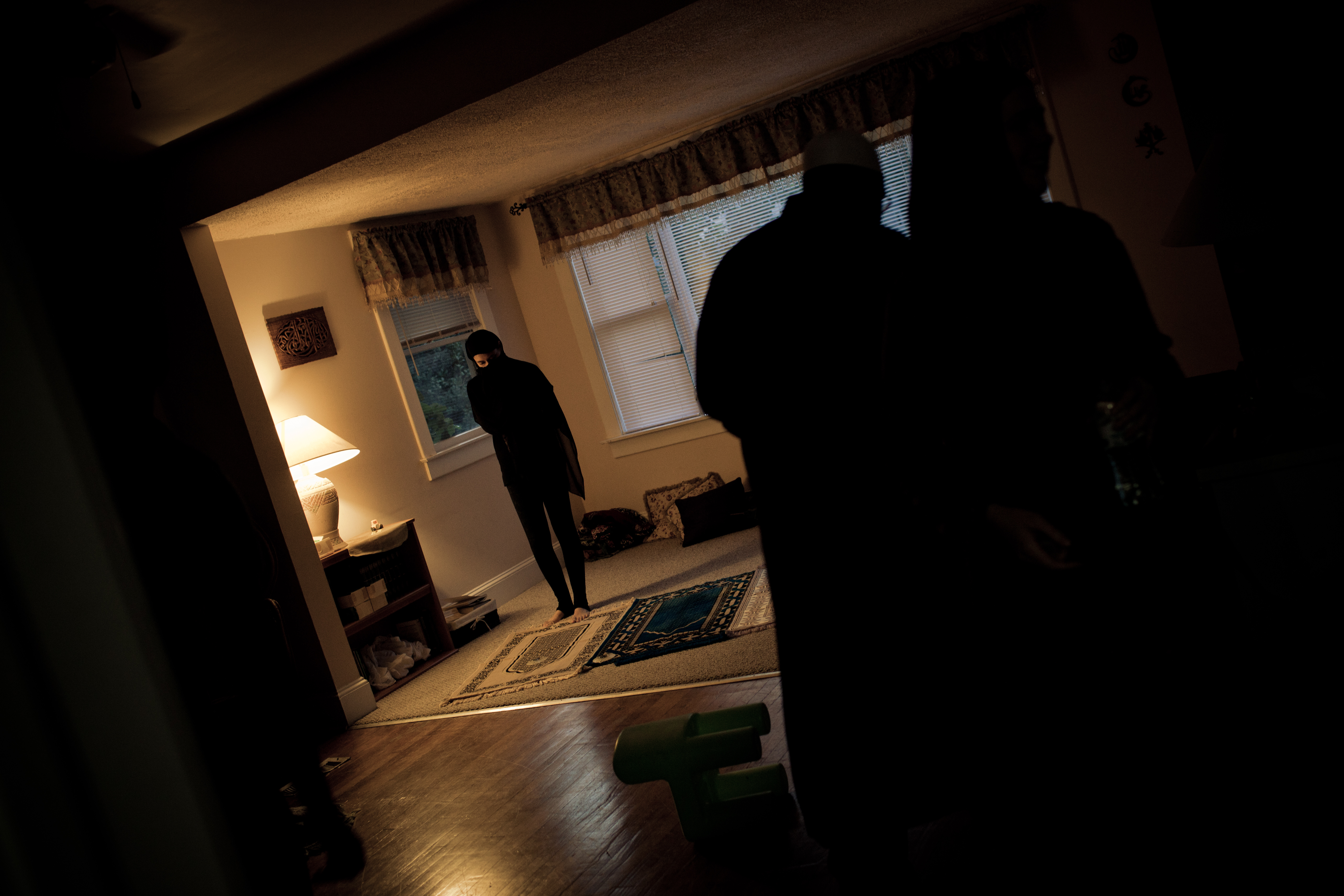 A woman prays inside a Muslim women's shelter in Baltimore, Maryland. Image: 30 Mosques in 30 Days