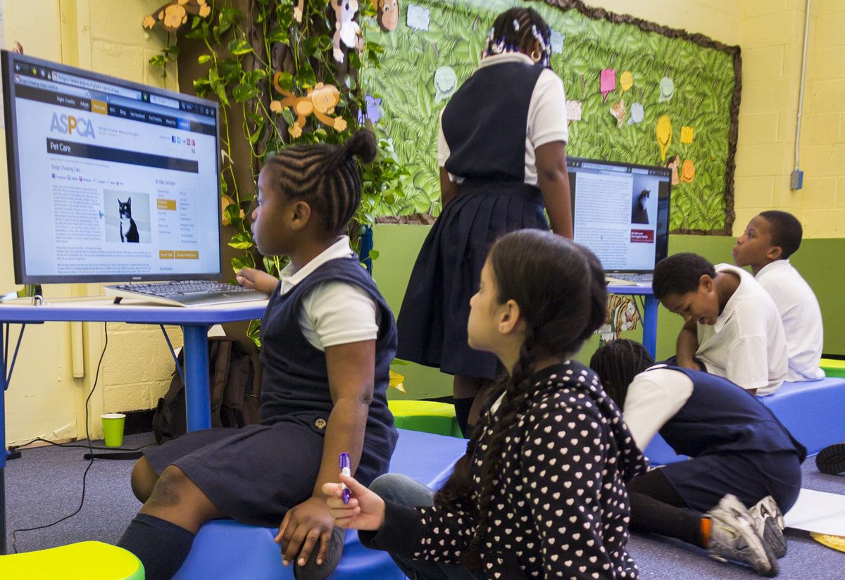 At SOLE NYC, the first School in the Cloud learning lab in the US, students work in groups to answer fun open-ended questions. On Wednesday morning, students sought to answer: why do dogs chase cats? Photo: Dian Lofton/TED