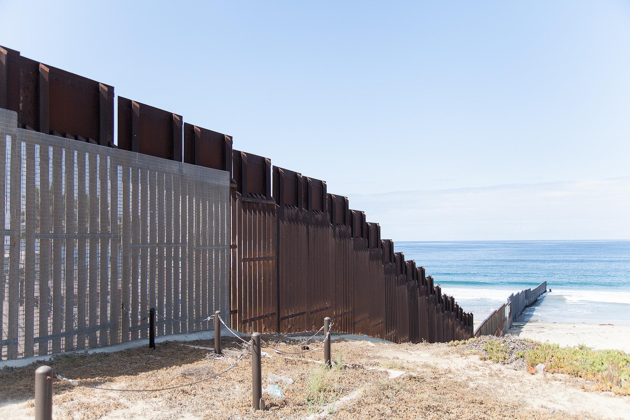 In Friendship Park, the border fence continues far into the ocean. Photo: Natalia Robert/TEDxMonumento258