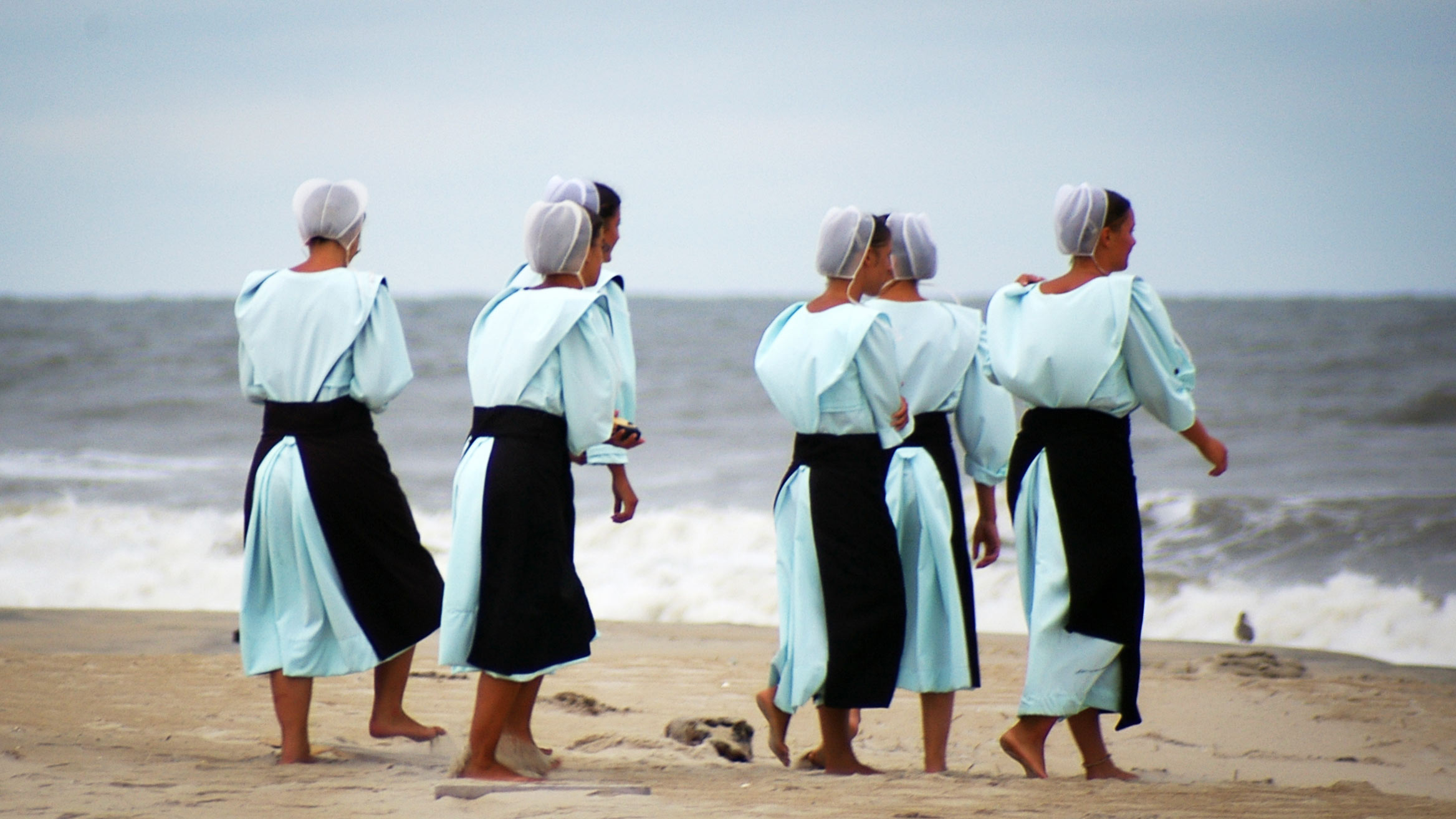 Amish women at the beach in Chincoteague, Virginia. Photo by Pasteur/Wikipedia.